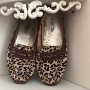 Leopard Sperrys leather upper